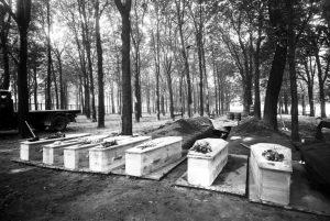 Les cercueils des 35 martyrs du bois de Boulogne (Crédit photo : Mont Valérien)