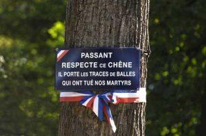 Plaque commémorative de la cascade du bois de Boulogne (Crédit photo : Chemins de Mémoire)
