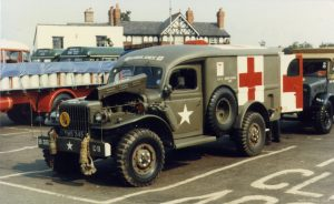 Véhicule américain Dodge WC54. Aux commandes de leurs ambulances Dodge WC54, ces infirmières interviennent en premières lignes. Ⓒ Pinterest