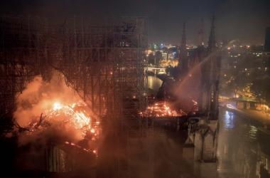 En proie aux flammes. La cathédrale Notre-Dame de Paris est sauvée par l'abnégation et le courage des militaires de la brigades des sapeurs pompiers de Paris. (Com BSSP/B.Moser)