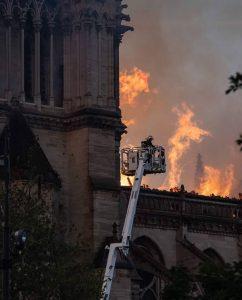 Les pompiers de Paris à l'assaut des flammes de Notre-Dame. (Ⓒ Photo. Nicolas de Poulpiquet / Armée de Terre)